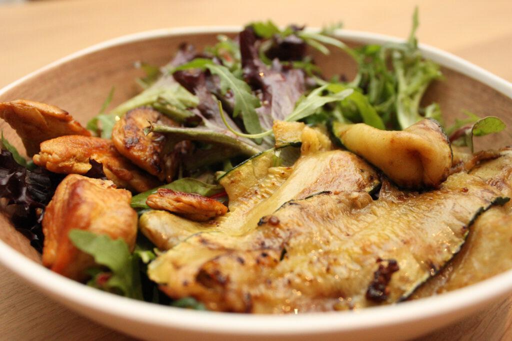 Lauwwarme salade met courgette en kalkoen