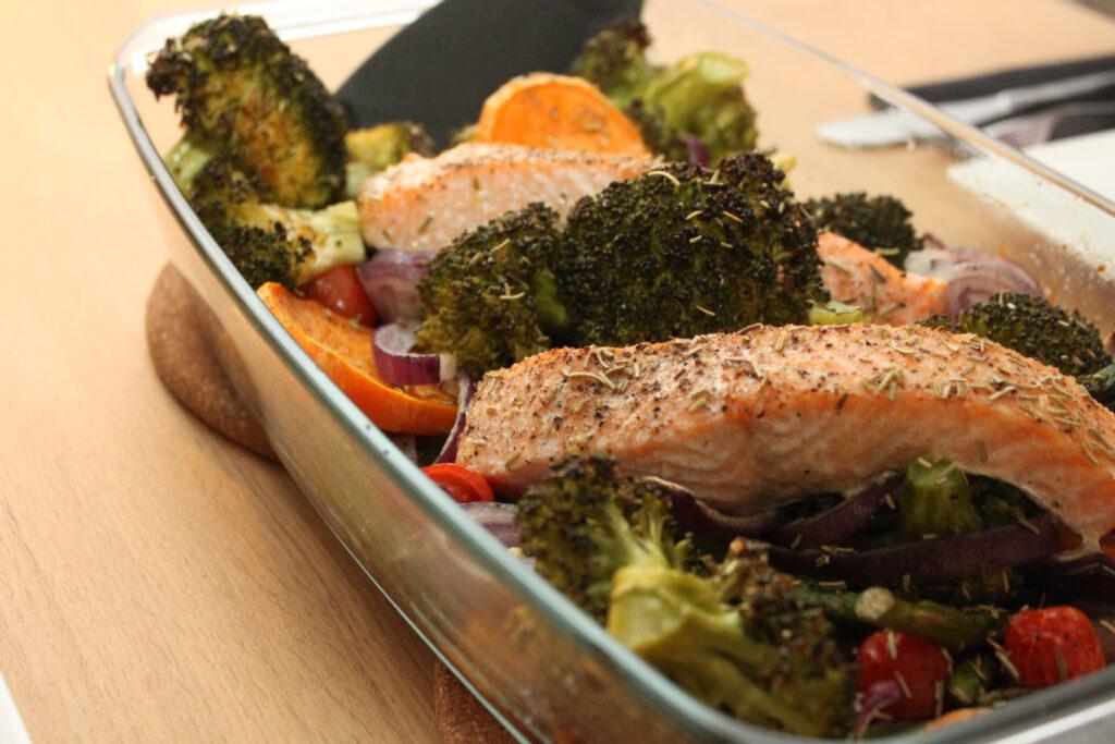 Ovenschotel zalm, broccoli, tomaatjes en groene asperges