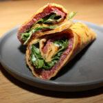 Wrap met carpaccio en salade van rucola en tomaat