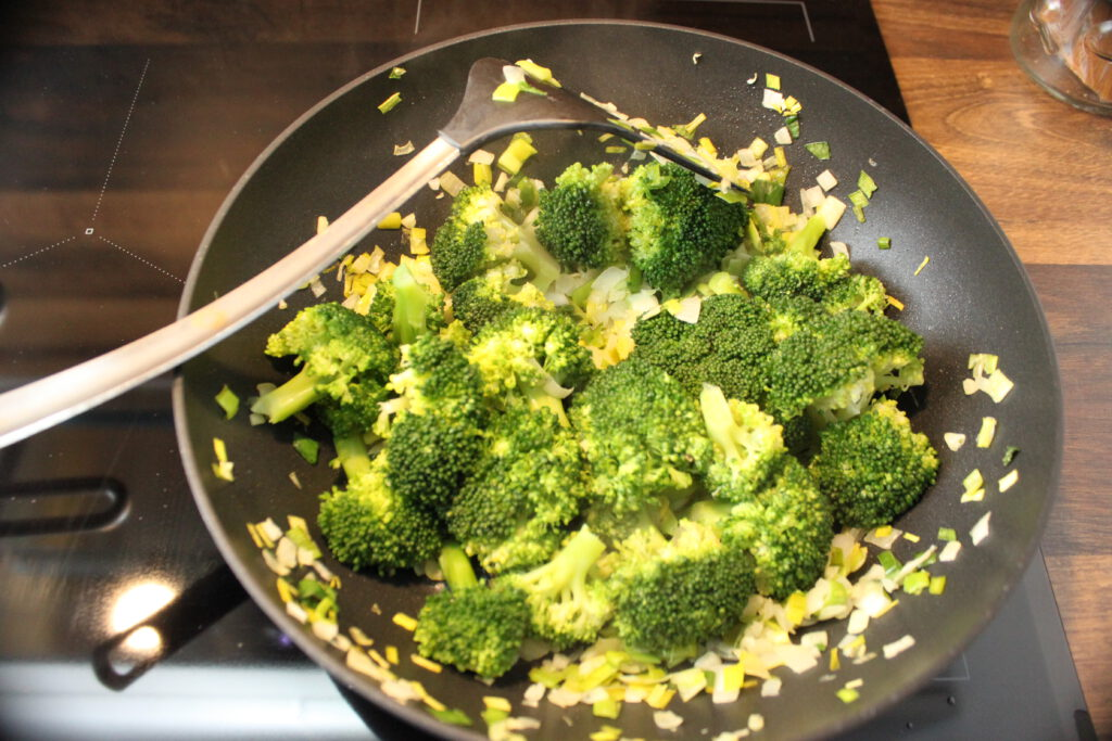 Wokpan broccoli met prei