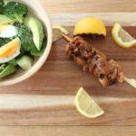 Saté met satésaus en spinazie-broccolisalade