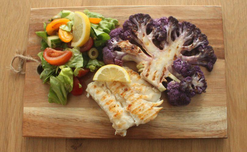 Geroosterde bloemkool met kabeljauwfilet en salade